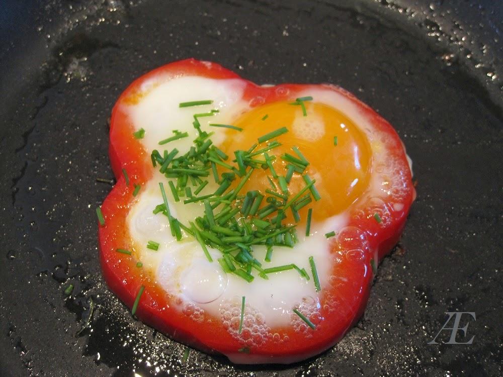 Rød peberfrugt i skiver, med spejlæg i, opskrift, brunch, frokost, morgenmad