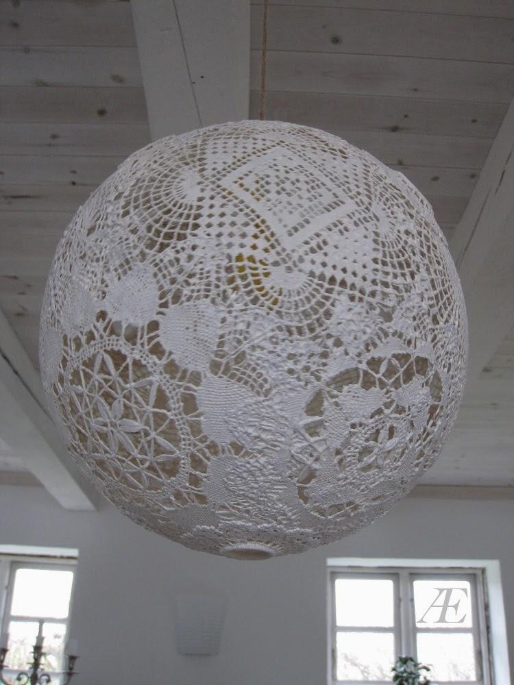 Hvid malet, hjemmelavet blonde lampe