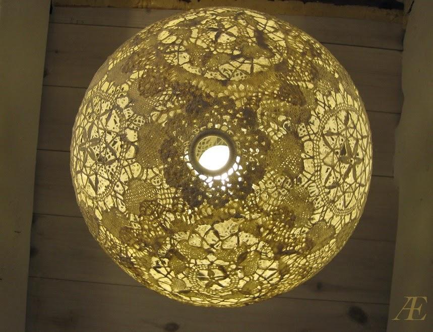 Færdig, hjemmelavet blonde lampe af mellemlægsservietter, med lys i.