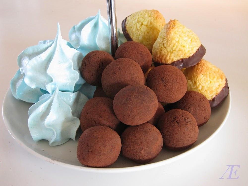 dadelkugler på et kagefad sammen med marengs og kokostoppe