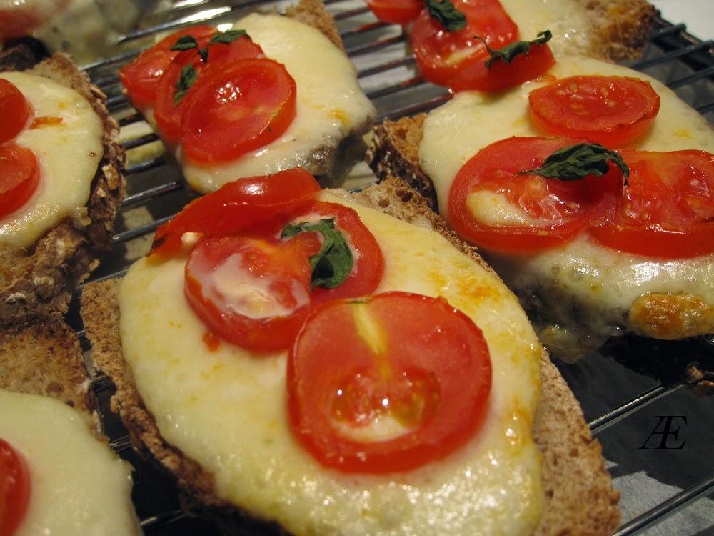 Lækre brød med mozzarella og tomat.