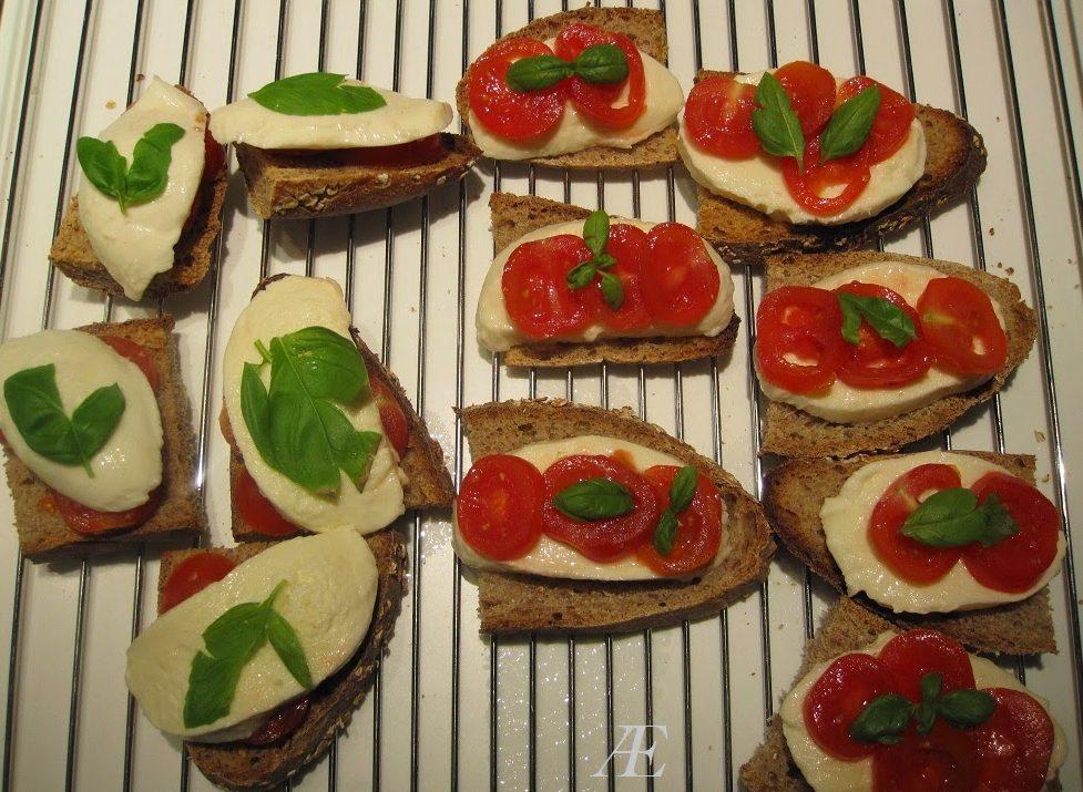 Brød med mozzarella og tomat, inden de er bagt