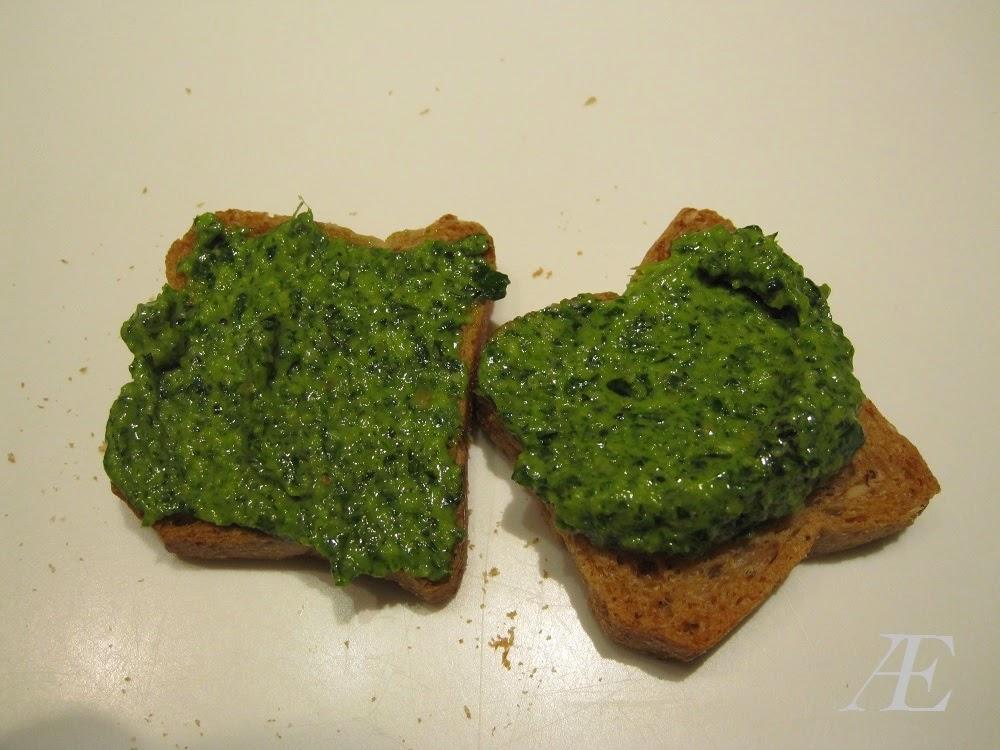 Nem pesto med ramløg, her serveret på små sprøde brød.