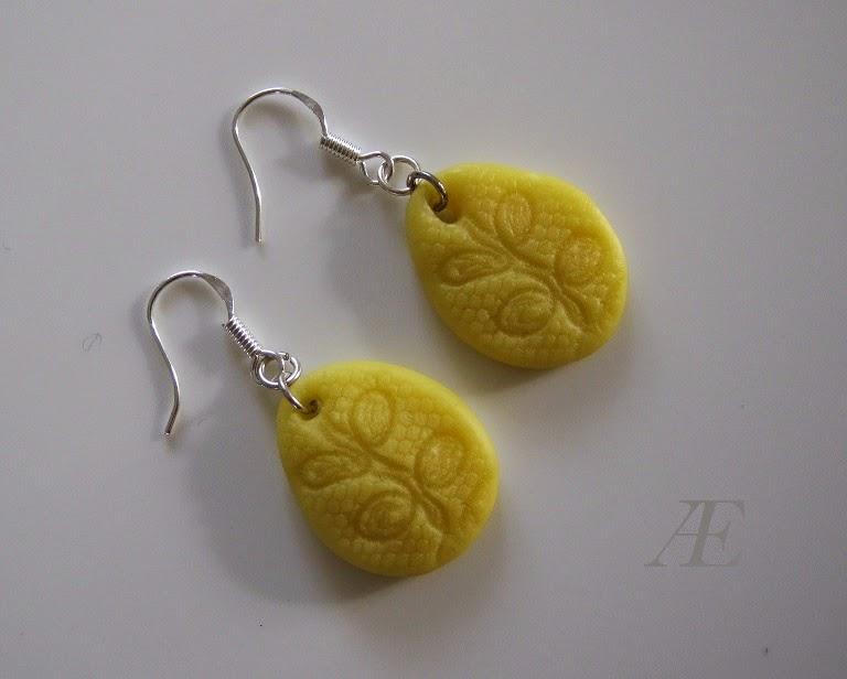 Fine hjemmelavede påskeæg af cernit eller fimo-ler, i øreringe.