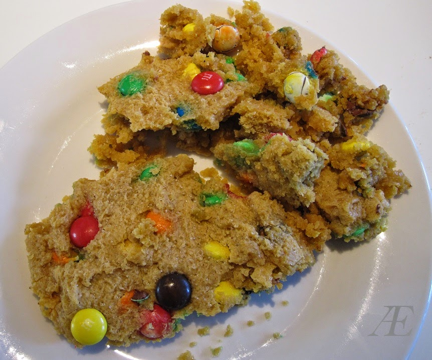 Færdigbagt chocolate chip cookie med m&m's, bagt i mikroovn.
