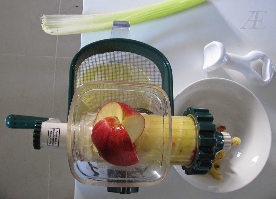Minijuiceren i fuld gang med at lave ingefær shots
