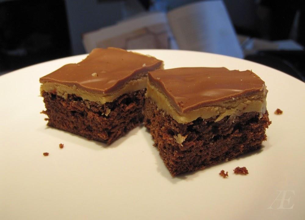 To stykker, vildt god brownie med peanutbutter topping, efter følgende opskrift.