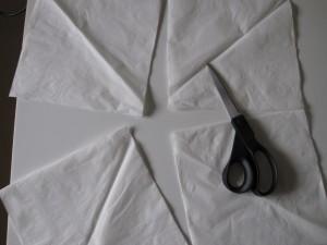 En klippet serviet til hjemmelavede halloween spøgelser