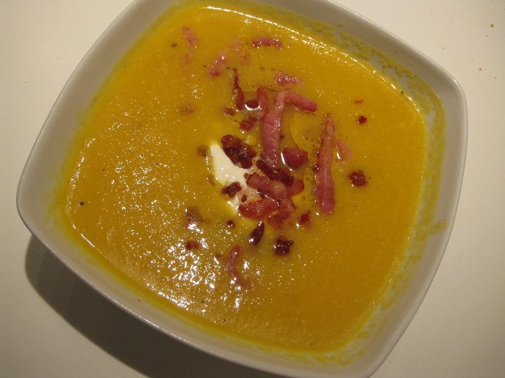 græskarsuppe med cremefraiche og bacon