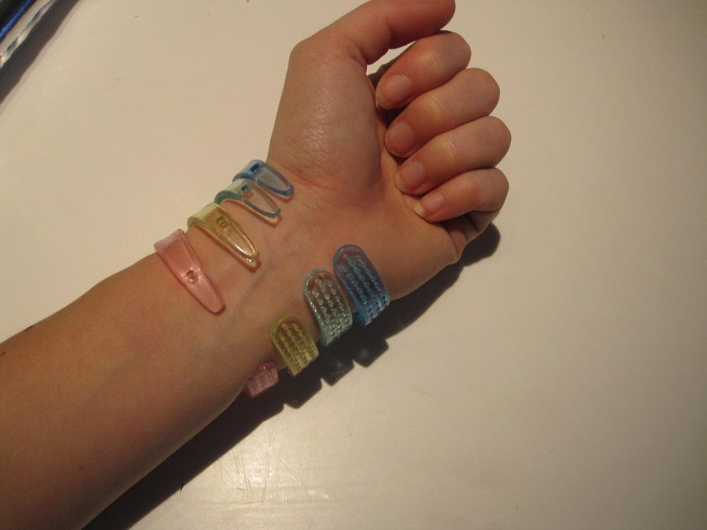 Bagsiden på de hjemmelavede armbånd af tandbørster