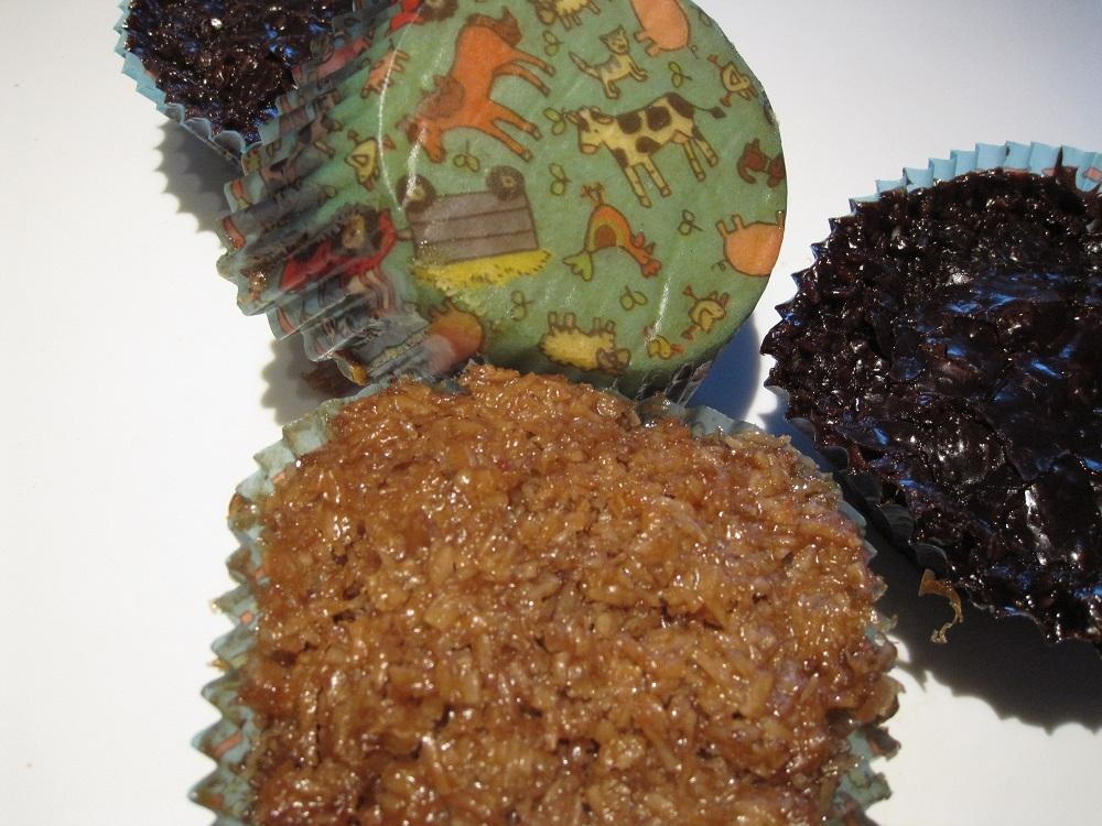 Normale og chokolade drømmekage muffins- og forme med bondegårds motiver