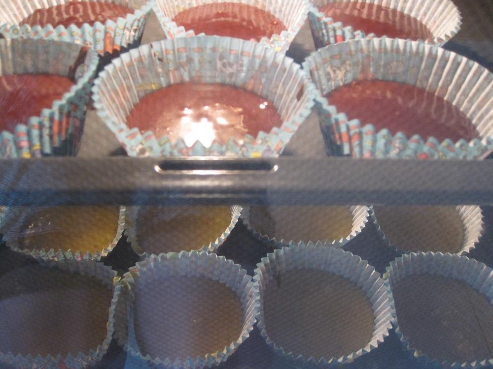 Normale og chokolade drømmekage muffins, i ovnen