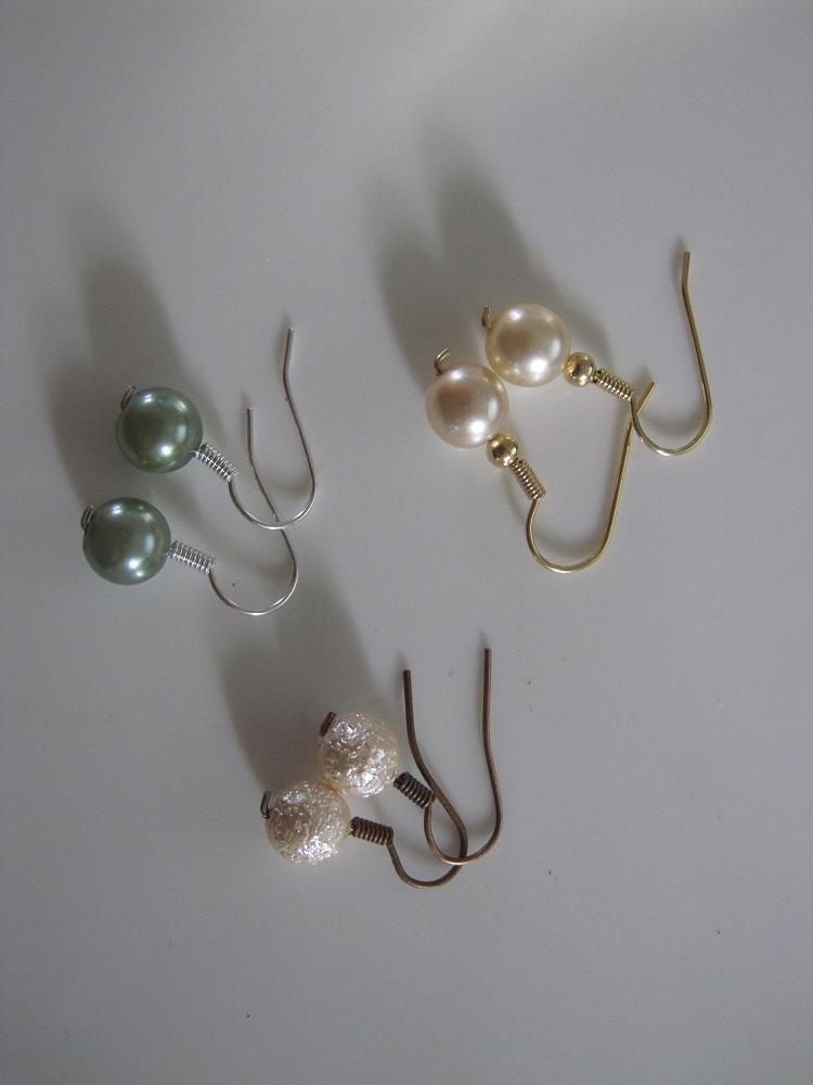 flere hjemmelavede perleøreringe