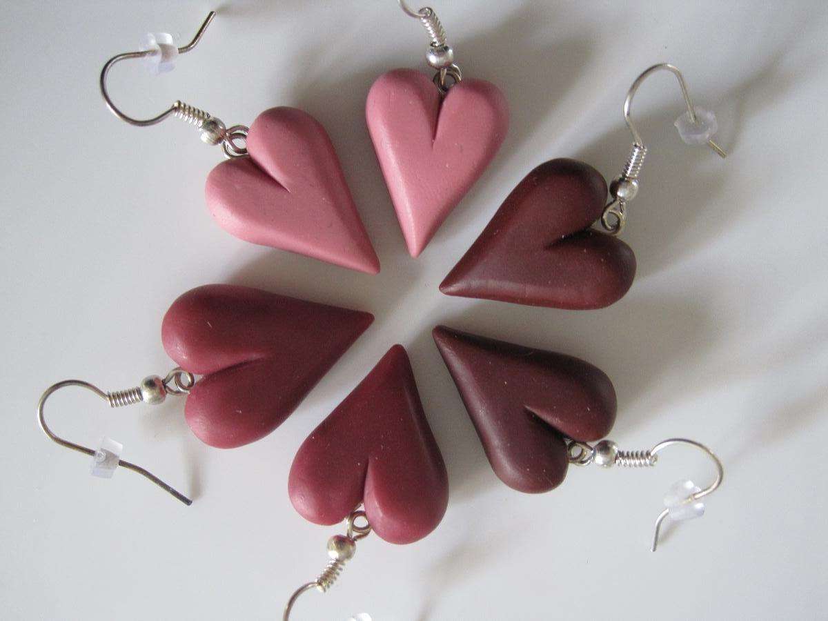 Hjemmelavede hjerte øreringe af cernit eller fimo ler