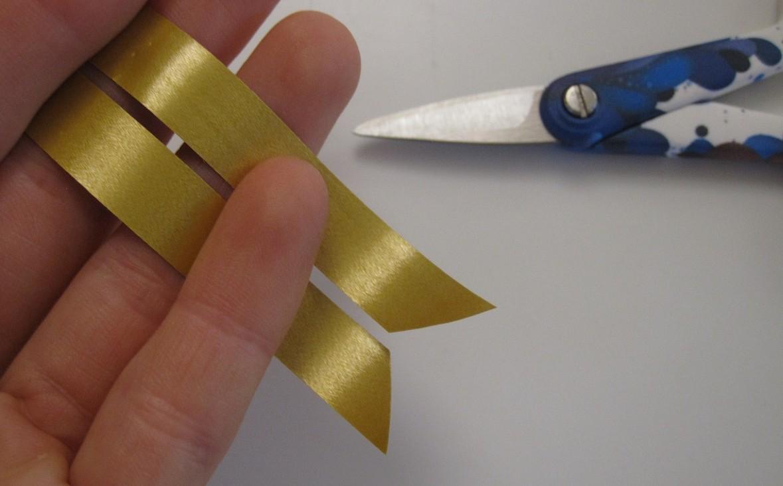 Enderne på strimlerne klippes skrå. Det letter arbejdet - Guide til flettede julestjerner