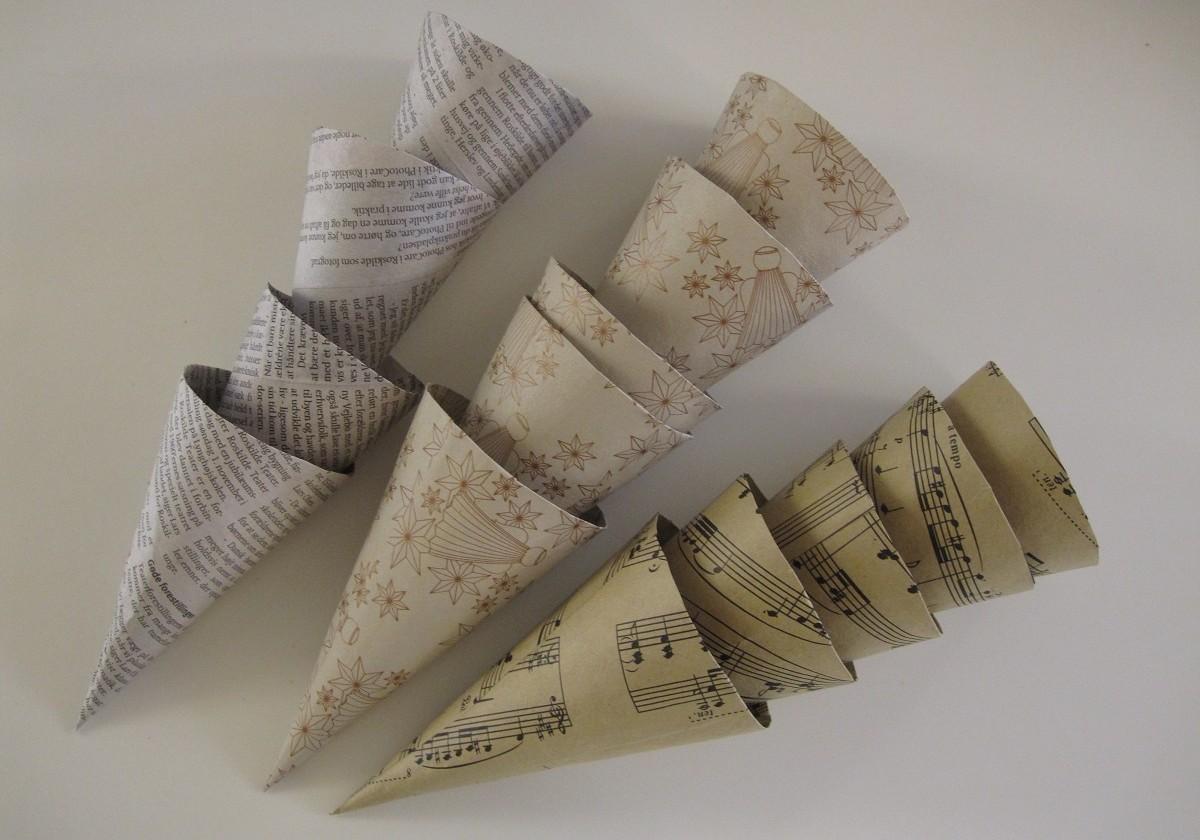 Fine hjemmelavede karton kræmmerhuse, beklædt med gavepapir og avis