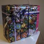 Julegave pakket ind i genbrugs gavepapir