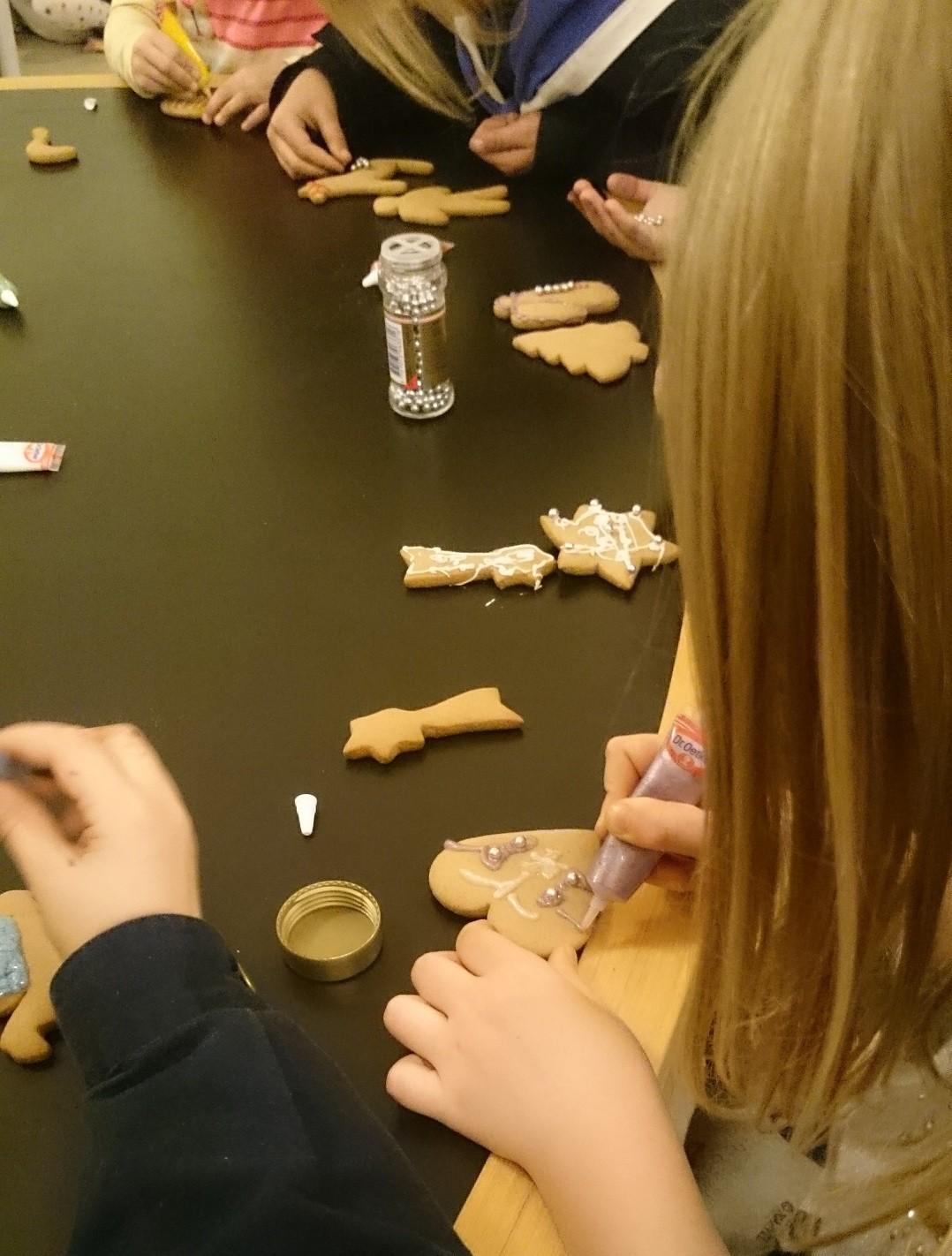 Børnene dekorerer honningkager