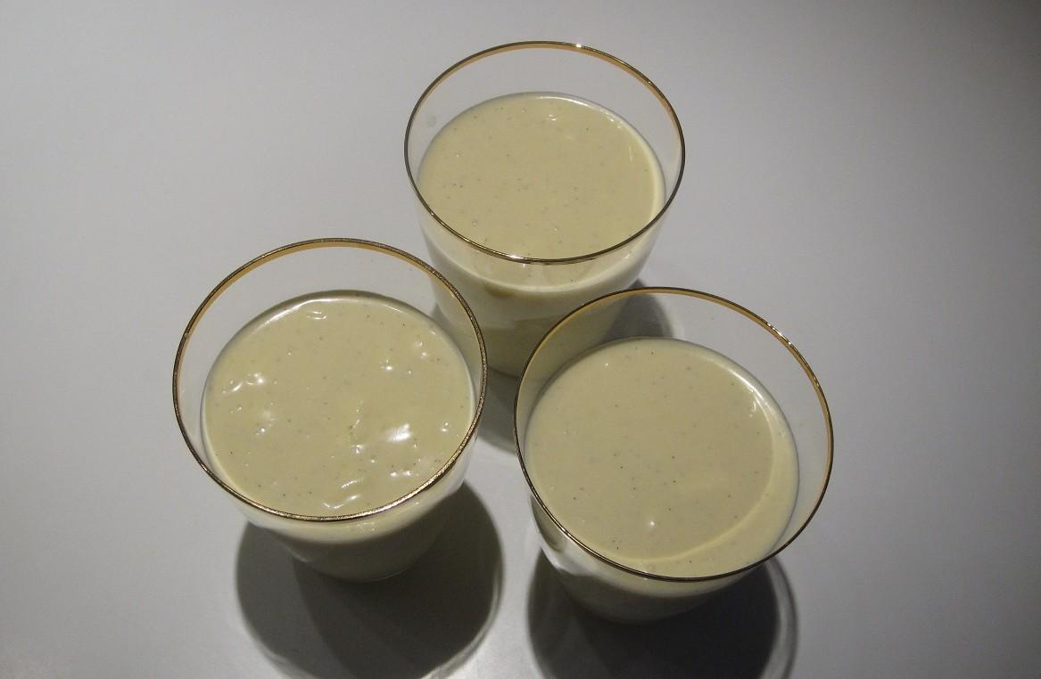 Færdig, hjemmelavet hvid chokolademousse, serveret i flotte glas