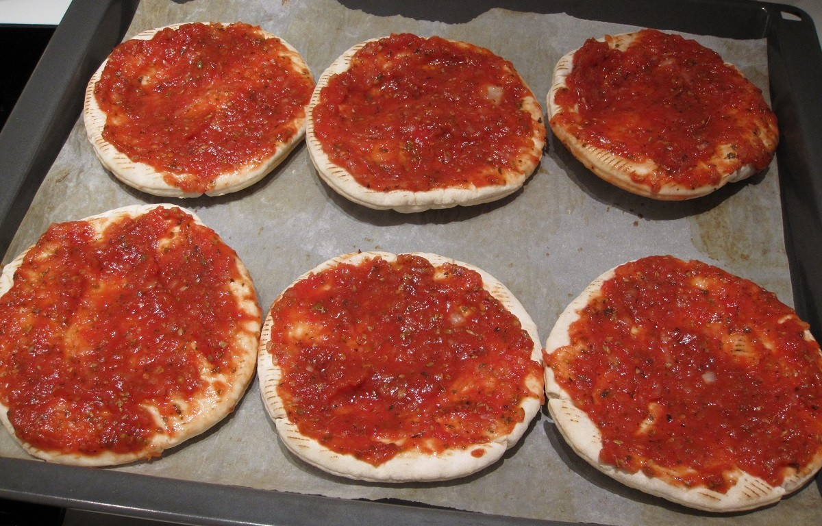 Tomatsauce på hjemmelavede minipizzaer