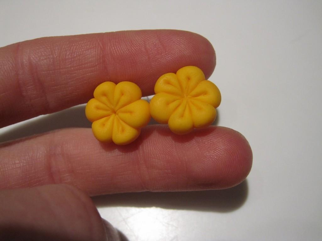 Hjemmelavede blomster af cernit