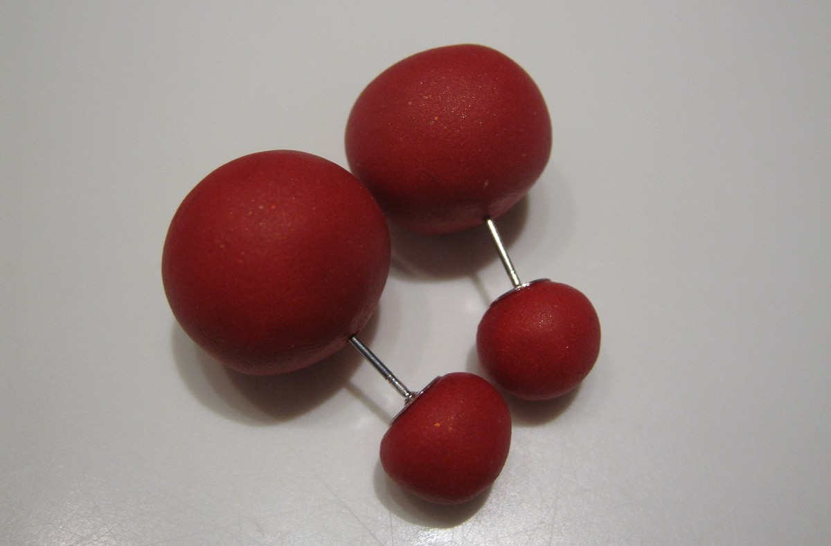 hjemmelavede røde kugle ørestikker