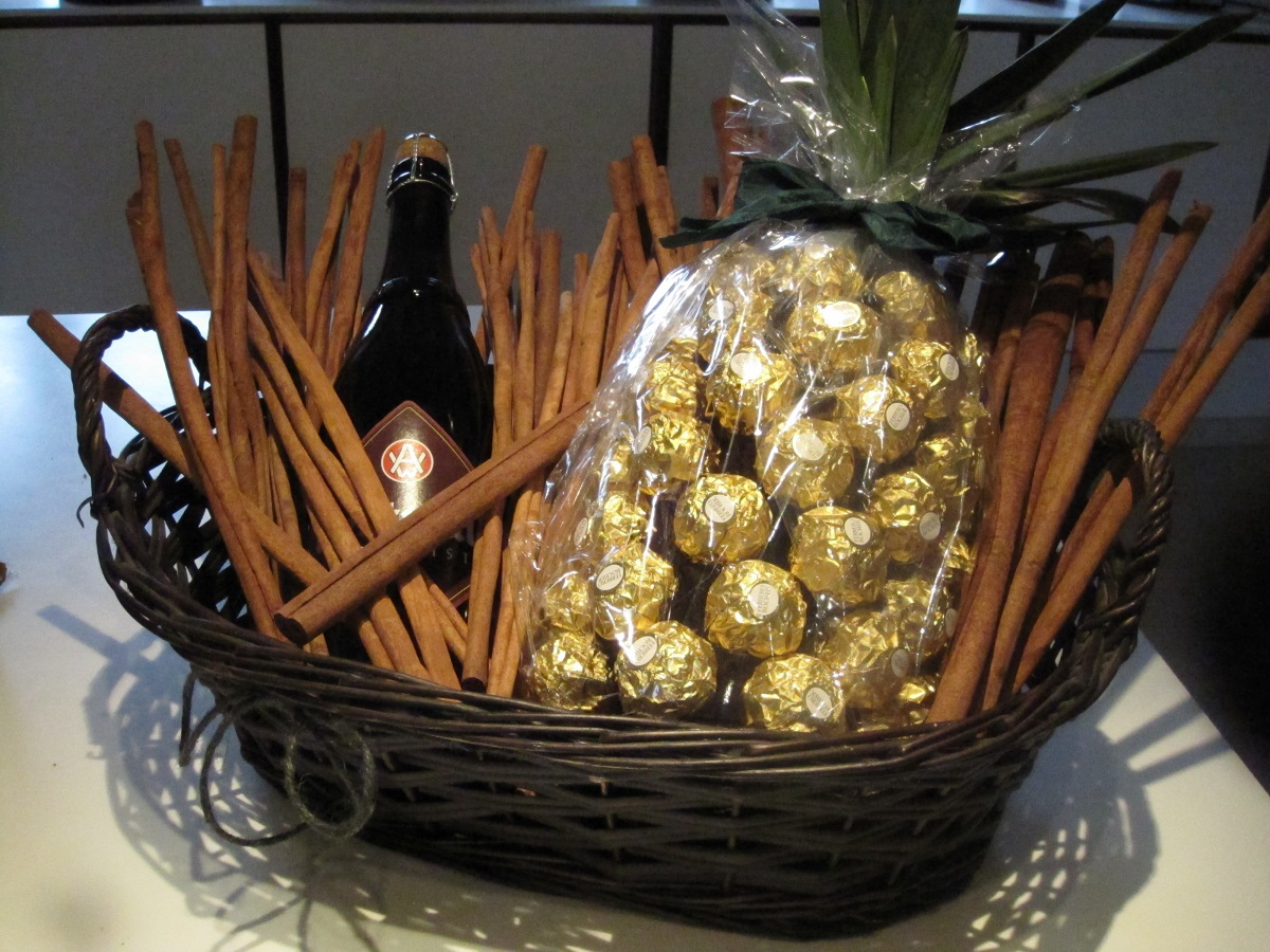 Gavekurv til 25 års fødselsdag, med Ferrero Rocher og special øl