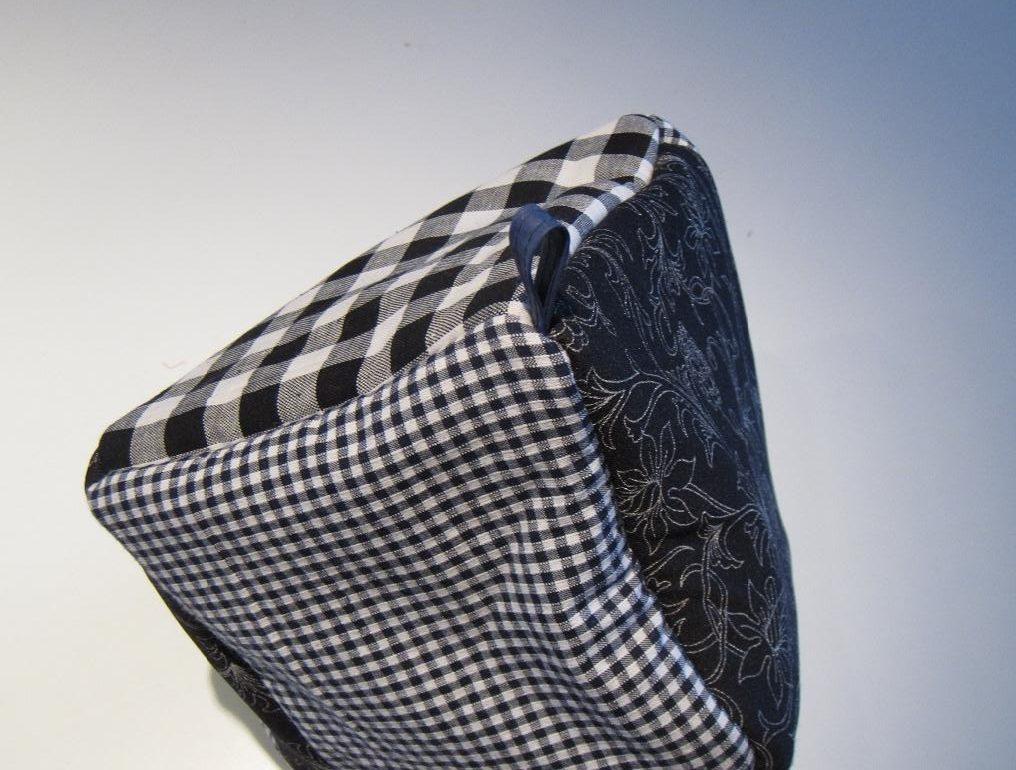 Sort/hvid mønstret tehætte med tre spidser