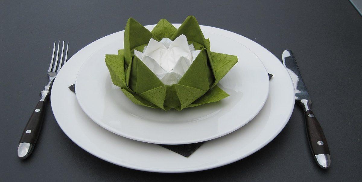 Borddækning med åkande lotusblomst servietter du selv kan folde