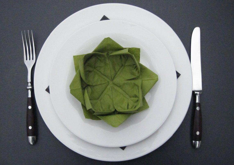 tallerken med foldet lotus serviet