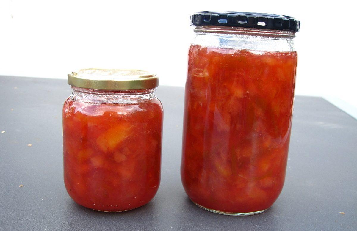 To glas hjemmelavet blomme marmelade