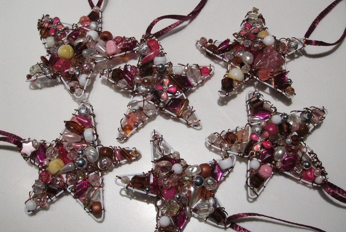 Hjemmelavede, lyserøde julestjerner af perler