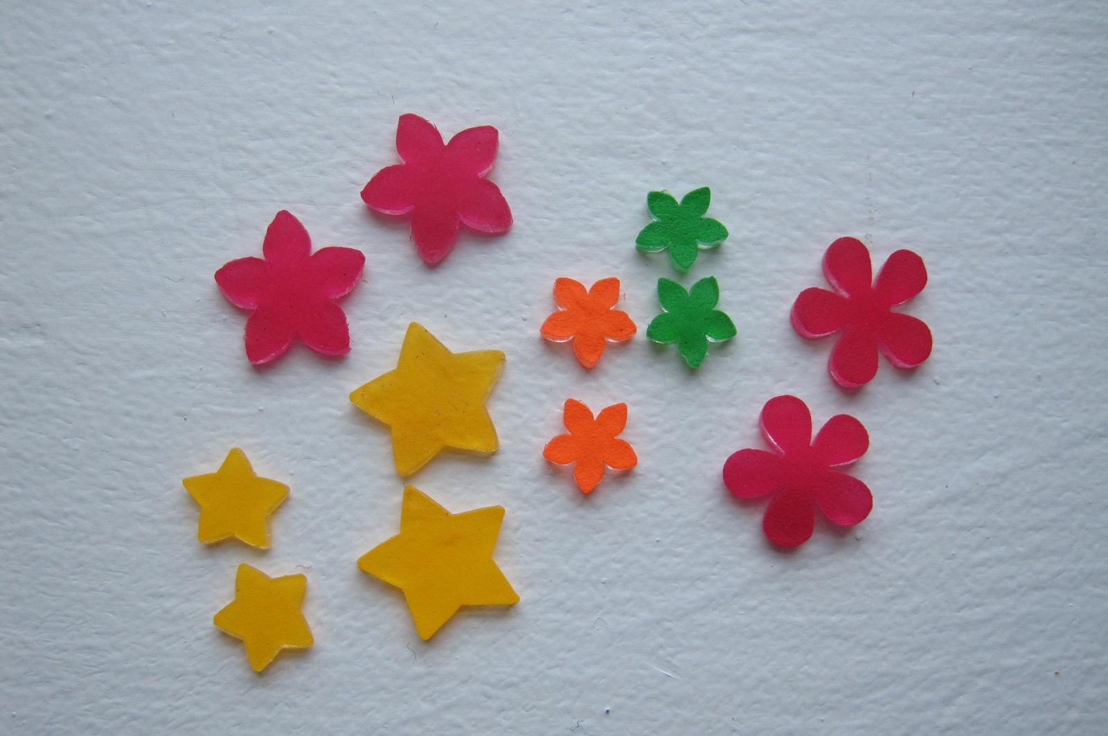 udstansede blomster og stjerner af krympeplast