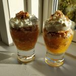 Opskrift på græskar kage med makron og flødeskum