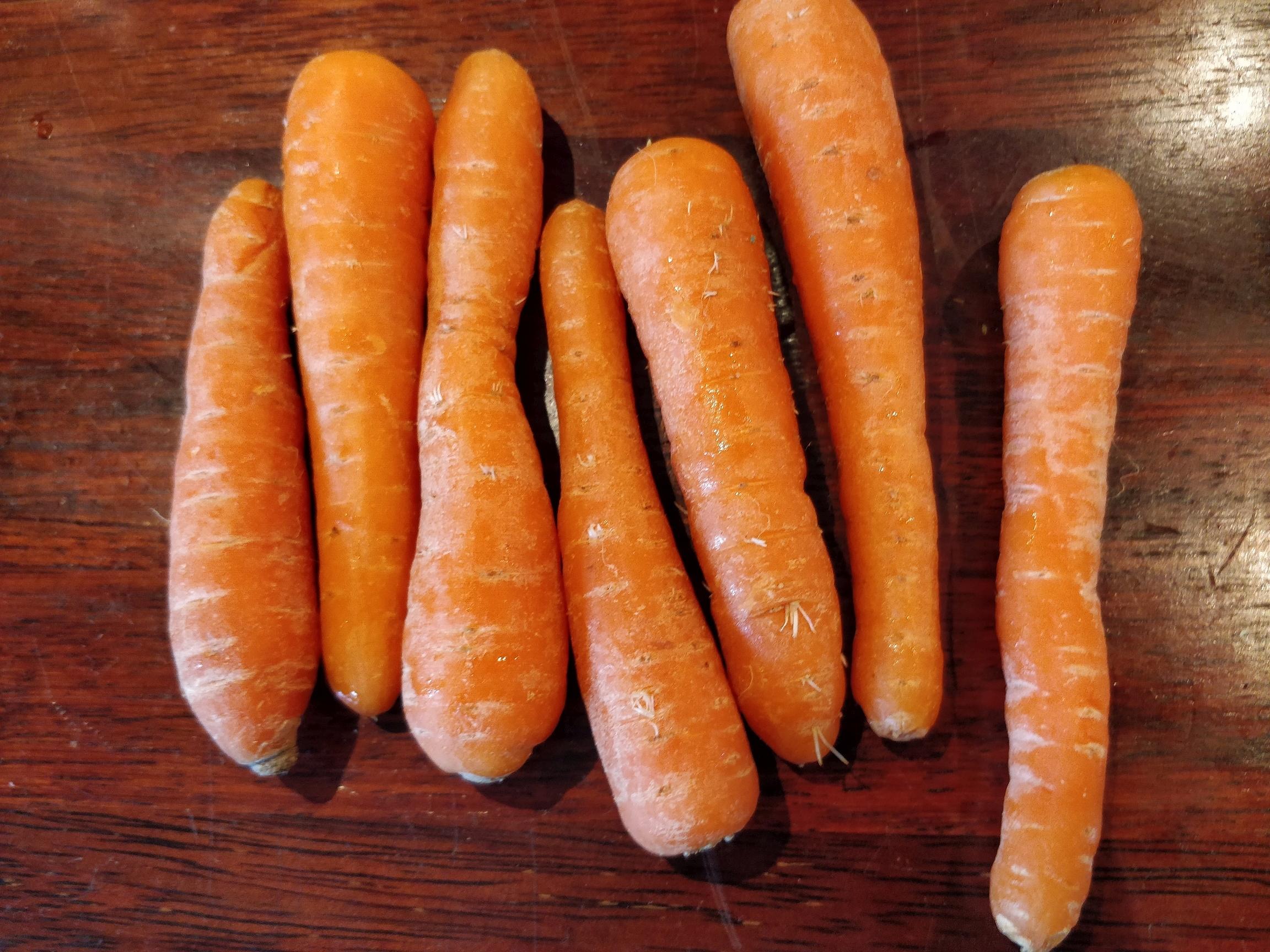 Gulerødder der har ligget lidt for længe i køleskabet