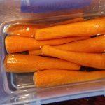 skrællede gulerødder i vand