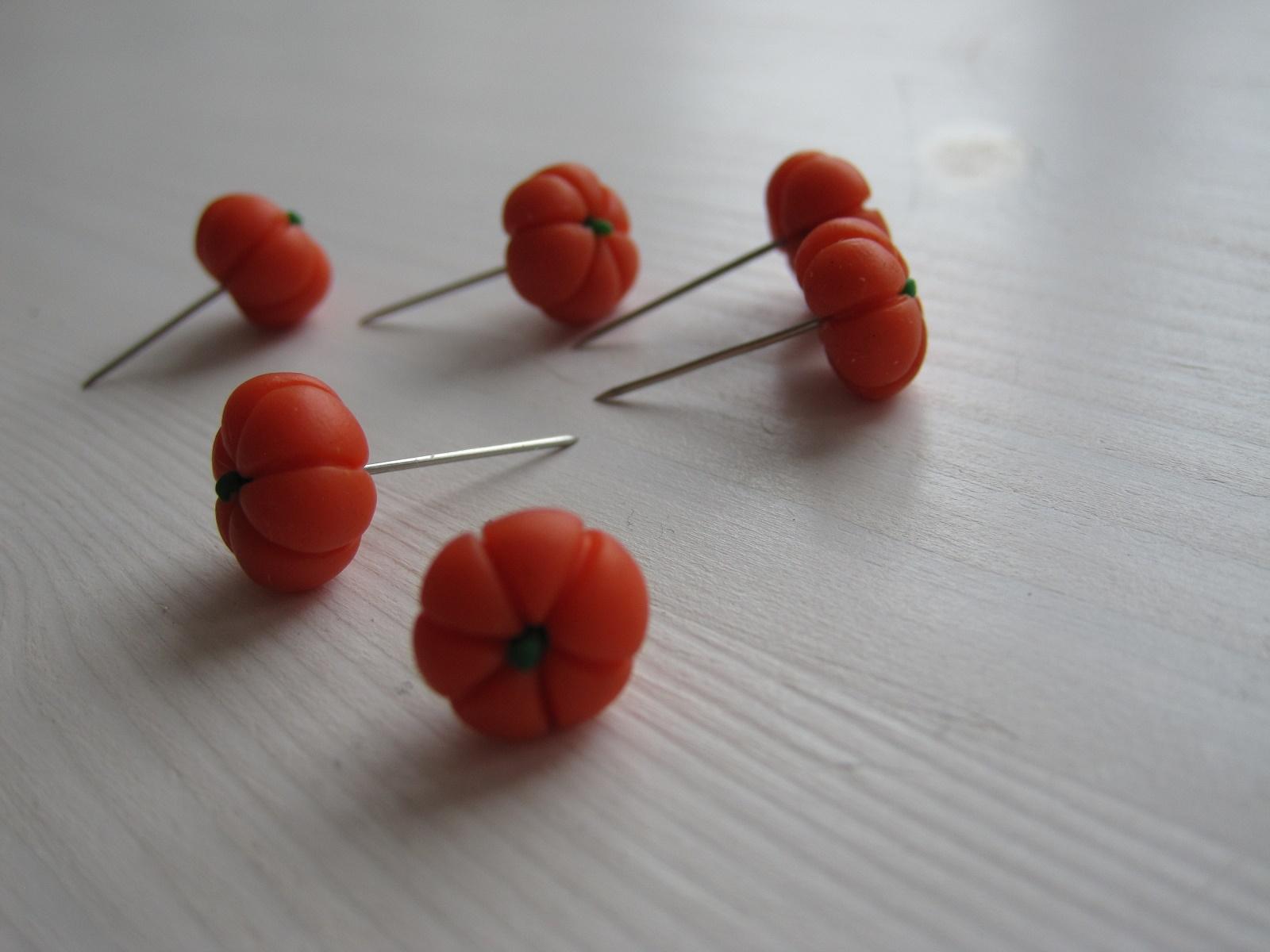 Hjemmelavede græskar nipsenåle af cernit/fimo-ler
