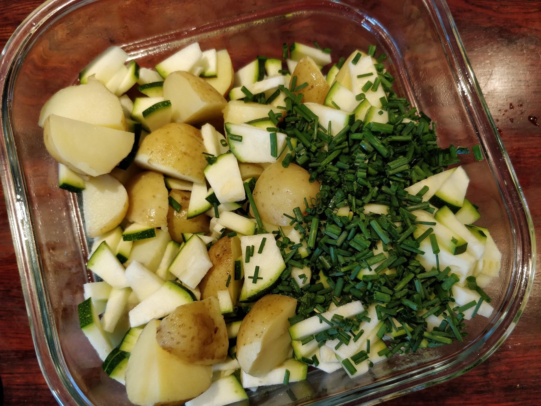 Ingredienser til en nem kold kartoffelsalat
