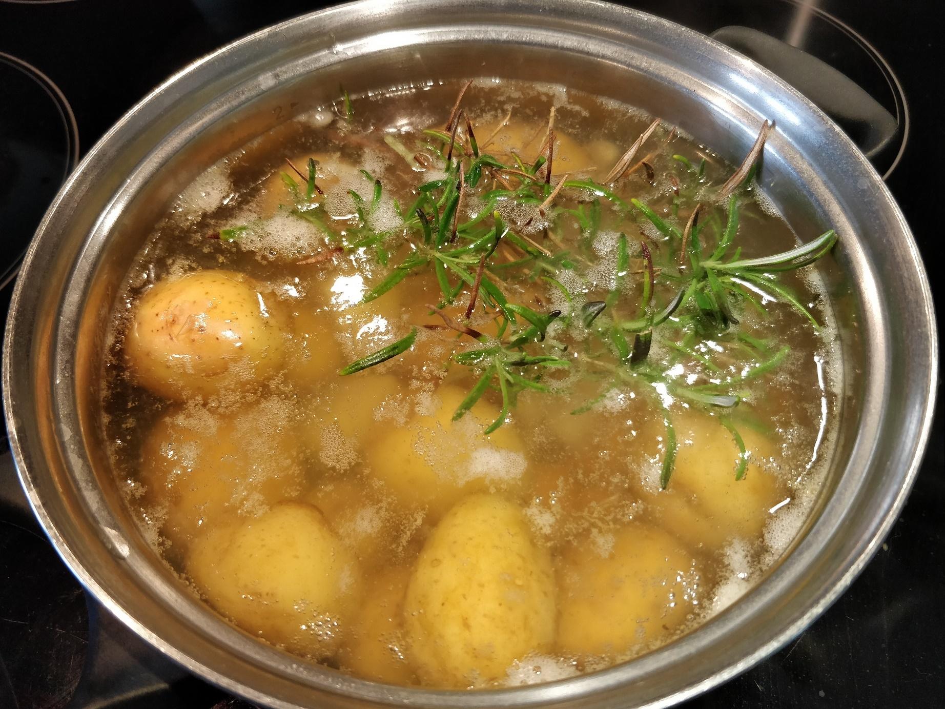 Kartofler til kartoffelsalat kan koget med eksempelvis rosmarin
