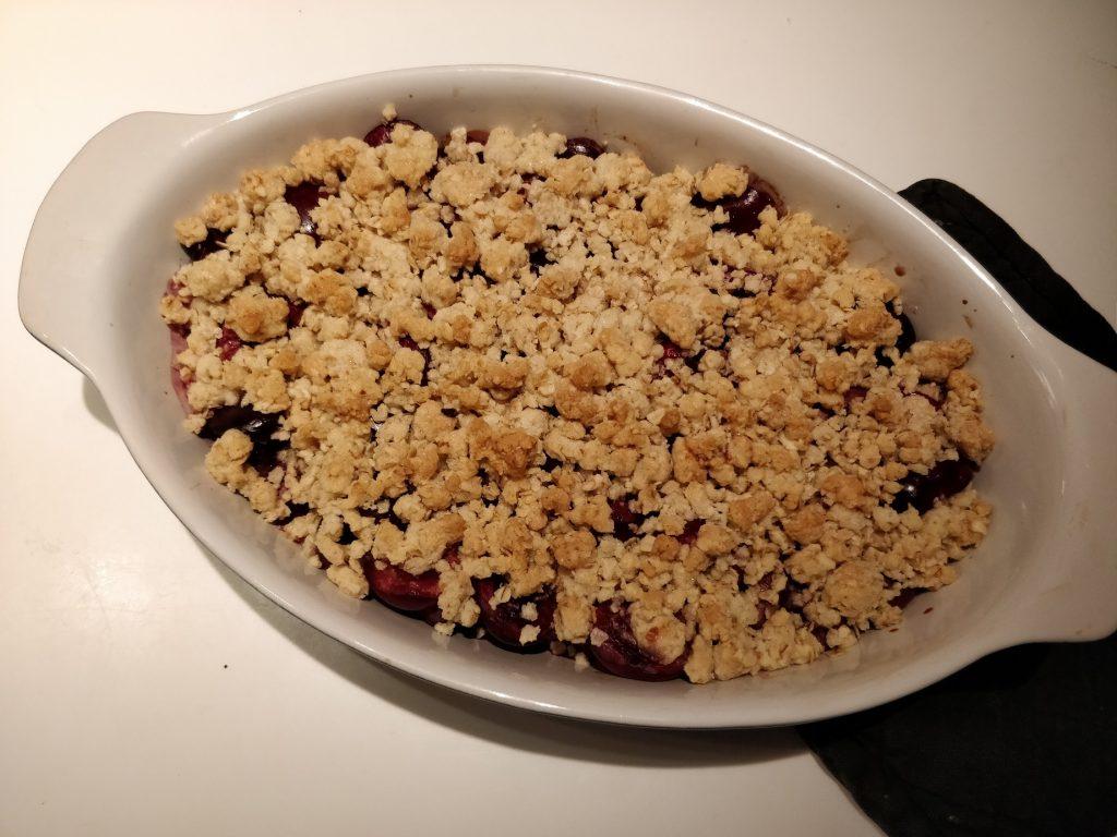 Crumble kage med moreller eller kirsebær