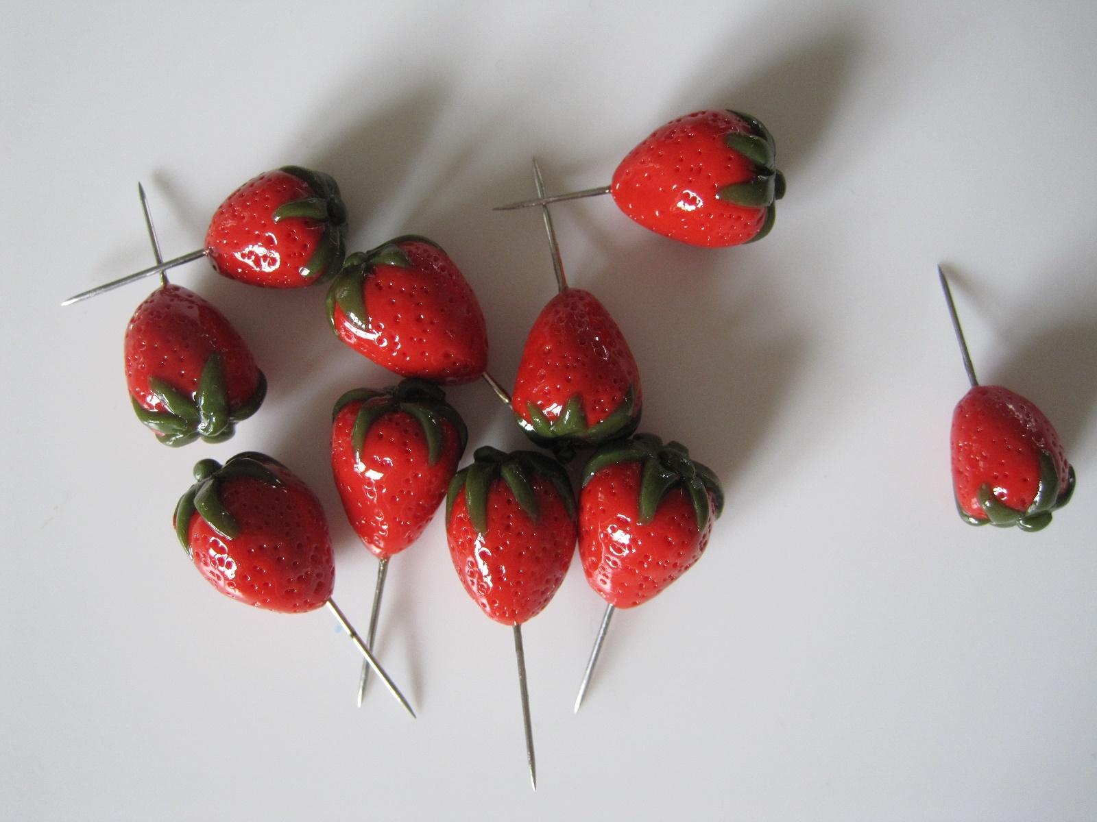 Jordbær nipsenåle af cernit/fimo-ler