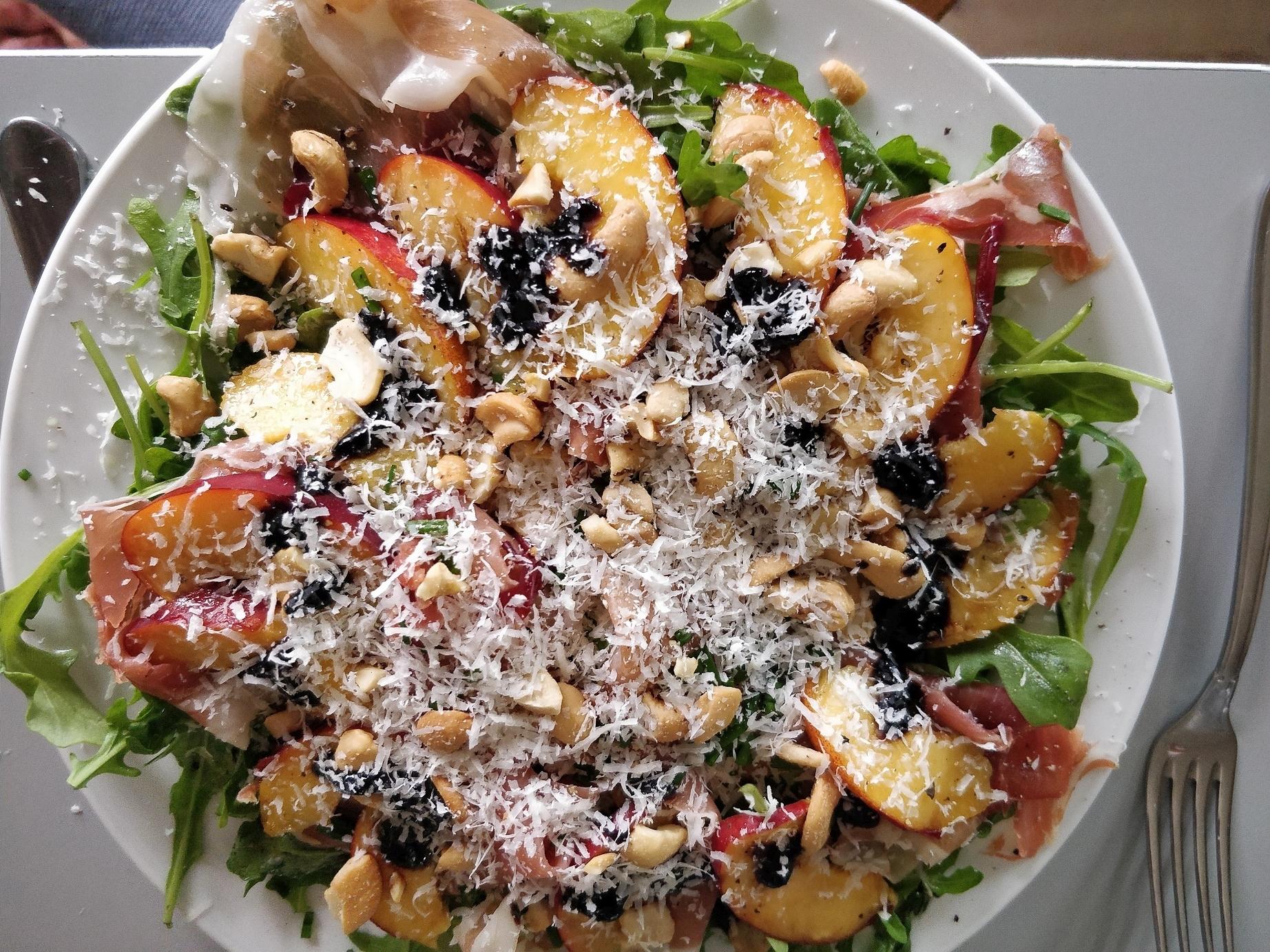 Dejligt nem og let sommermad - spansk tapas inpireret. antipasto salat, parmasan og nektariner
