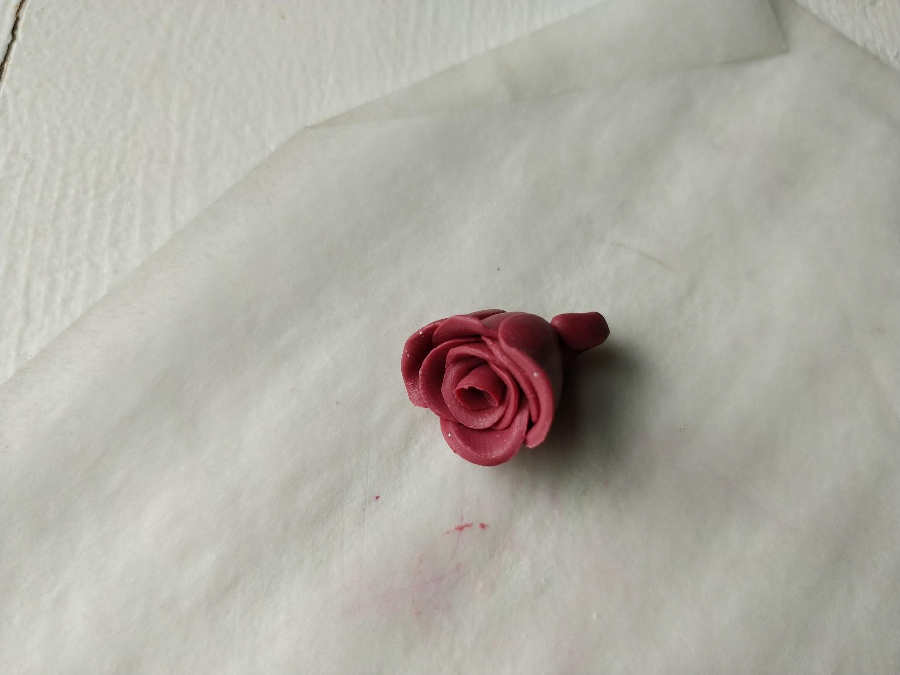 Færdig rose af polymer ler