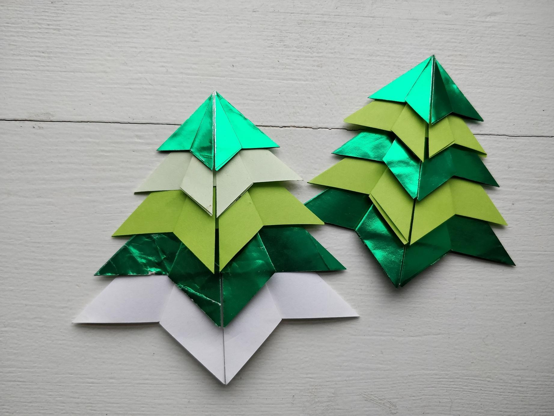 foldede origami juletræer