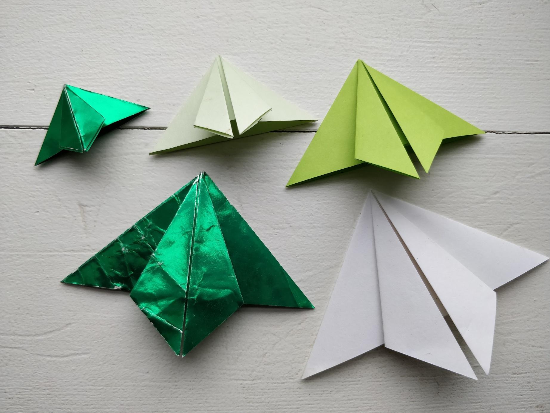 Moduler til et foldet origami juletræ