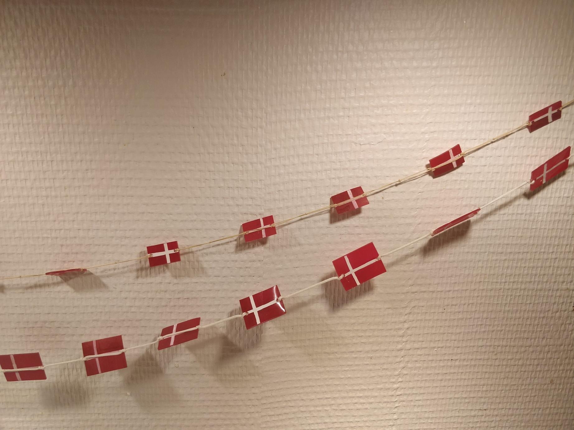 hjemmelavede flag af krympeplast, på guirlander