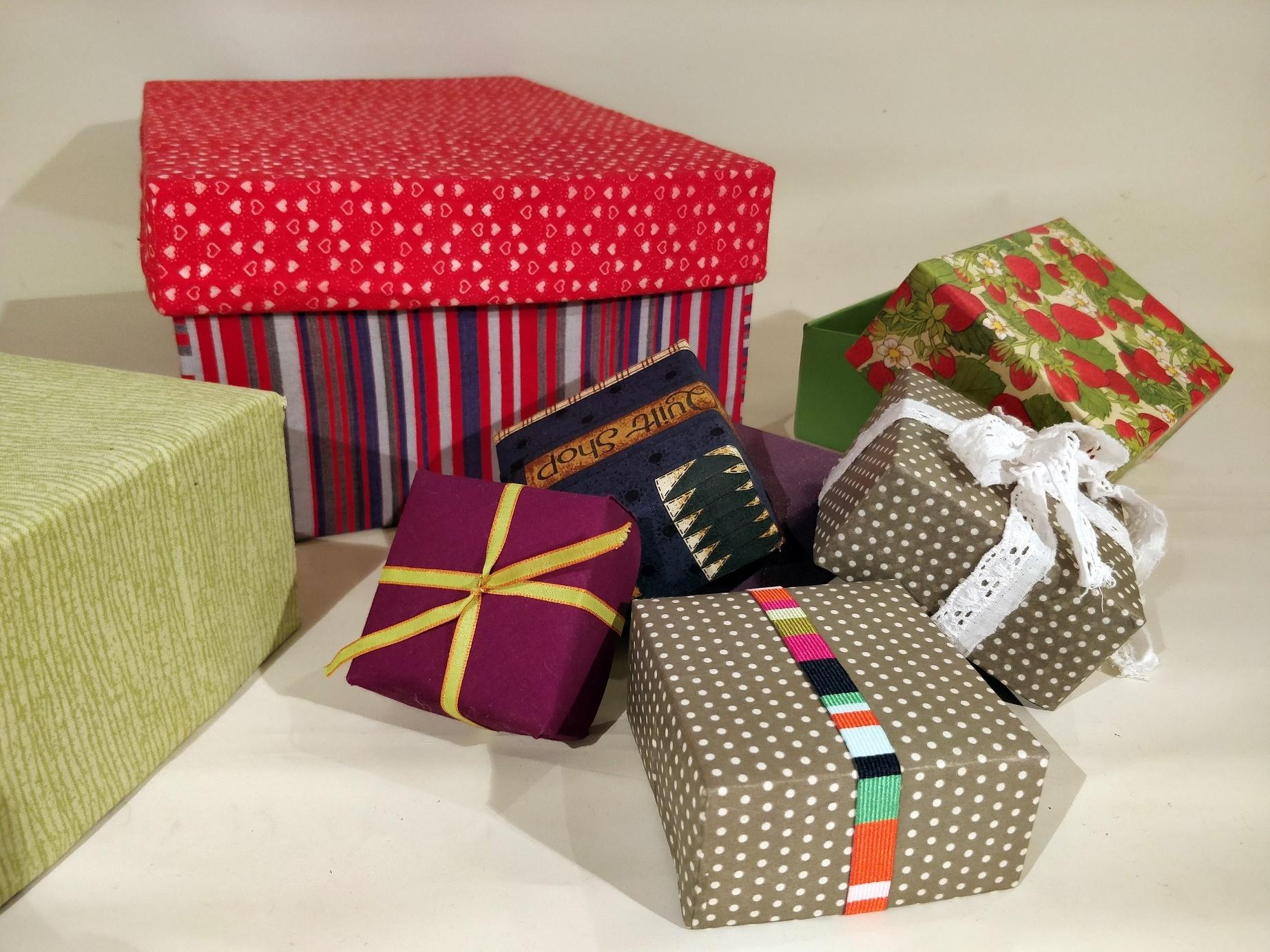 Hjemmelavede kasser og skotøjsæsker beklædt og pyntet med stof og papir
