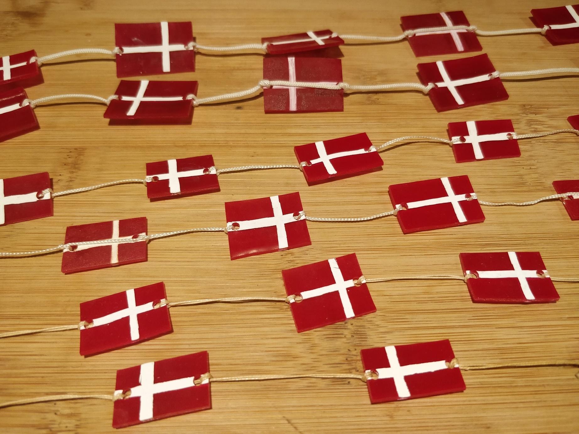 Hjemmelavede flagranker af krympeplast som julepynt eller fødesldagsflag