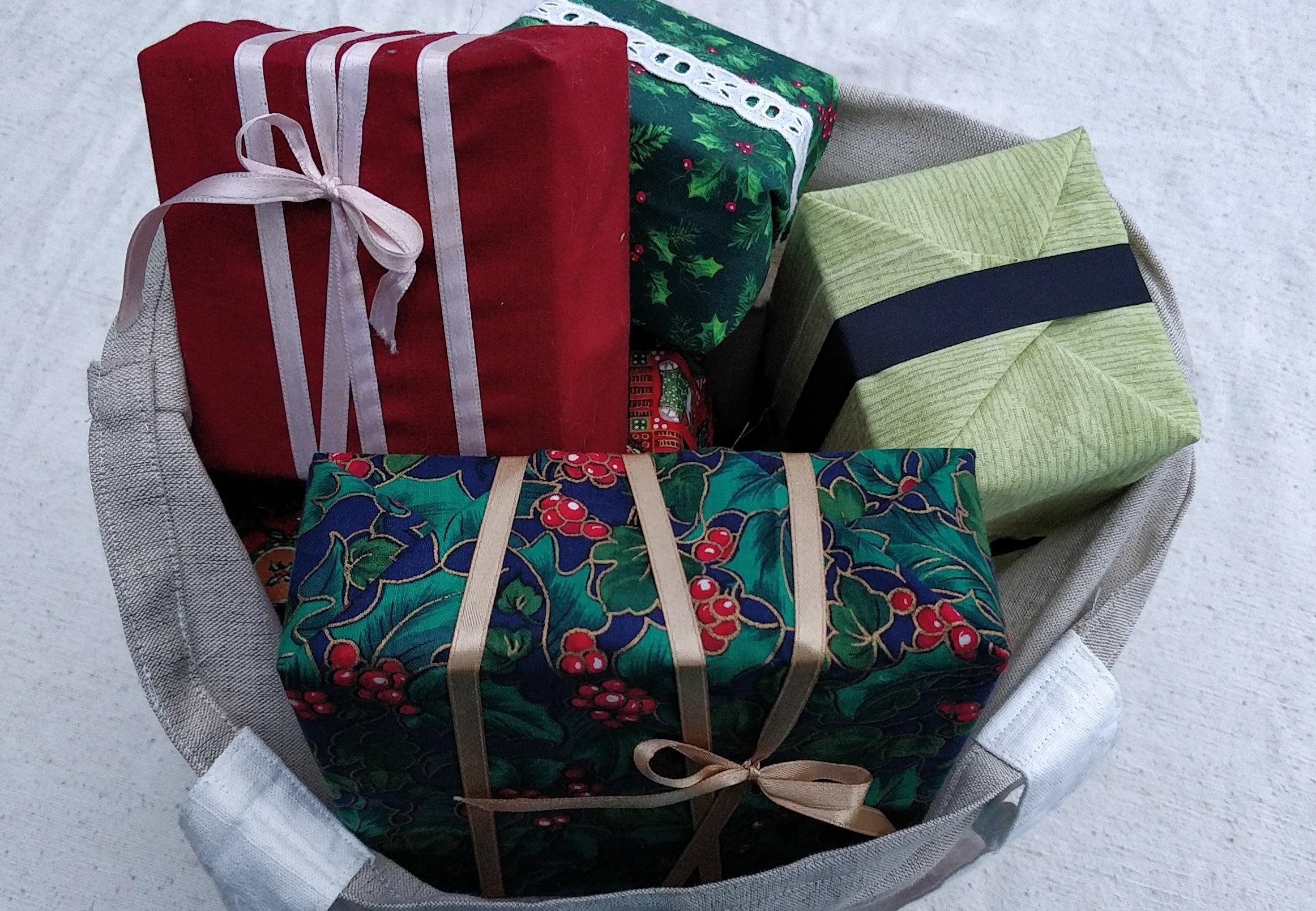 En bæredygtig stofpose med bæredygtige julegaver, pakket ind i stof!