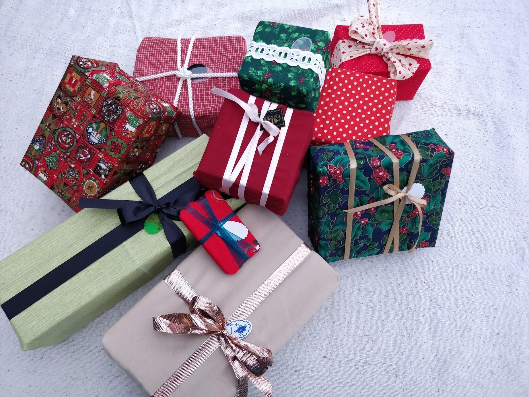 Julegaver pakket trygt og godt ind i stof og med gavemærker der kan genbruges